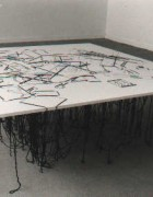tafel met 50 voorwerpen tafel met 50 voorwerpen 1994 100 x 100 cm draad door kapafix op zwevende pootjes date 1994